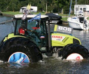 Traktor na obřích pneumatikách Mitas plul na vodní hladině