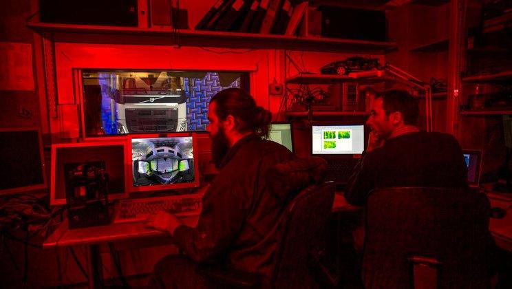Zkušební technici Torbjörn Ågren a Frédéric Wullens (vpravo) si prohlížejí záznam z 3D kamery