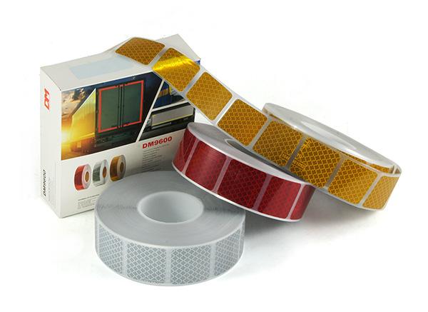 Reflexní pásky rozdělené na čtverce, kdy na 1 metr délky připadá 19 čtverců 5 x 5 cm včetně mezer mezi nimi