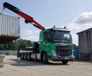 Volvo FH 8x4 tridem s hydraulickým jeřábem nově ve flotile společnosti EDIKT