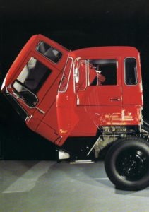 Společnost DAF se stala průkopníkem v zavádění mechanismu sklápění kabiny, který výrazně usnadnil údržbu.