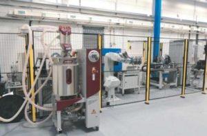 Plně automatické pracoviště lisování plastových těles snímače