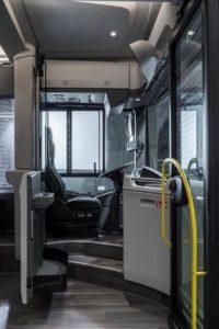 Další bonus na téma bezpečnosti zahrnuje vyšší pozici řidiče při sezení a modulární skleněnou stěnu na dveřích, která může sahat až po čelní sklo, aby poskytovala dodatečnou ochranu proti napadení