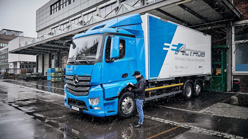 Mercedes-Benz posílá eActros na silnice jako první těžký elektrický nákladní vůz