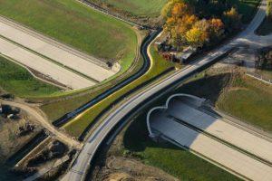 Stavba nových dálnic a železnic