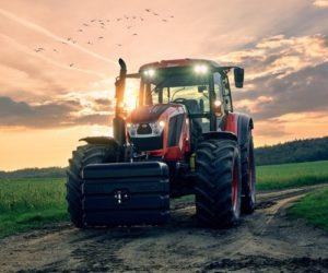 Nový kalendář firmy ZETOR spojuje křehkou krásu se silnými stroji
