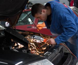 Automechanik v servisu