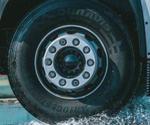 Pneumatika Bridgestone Duravis R002 dosáhla v testech TÜV SÜD nejlepších výsledků na mokru