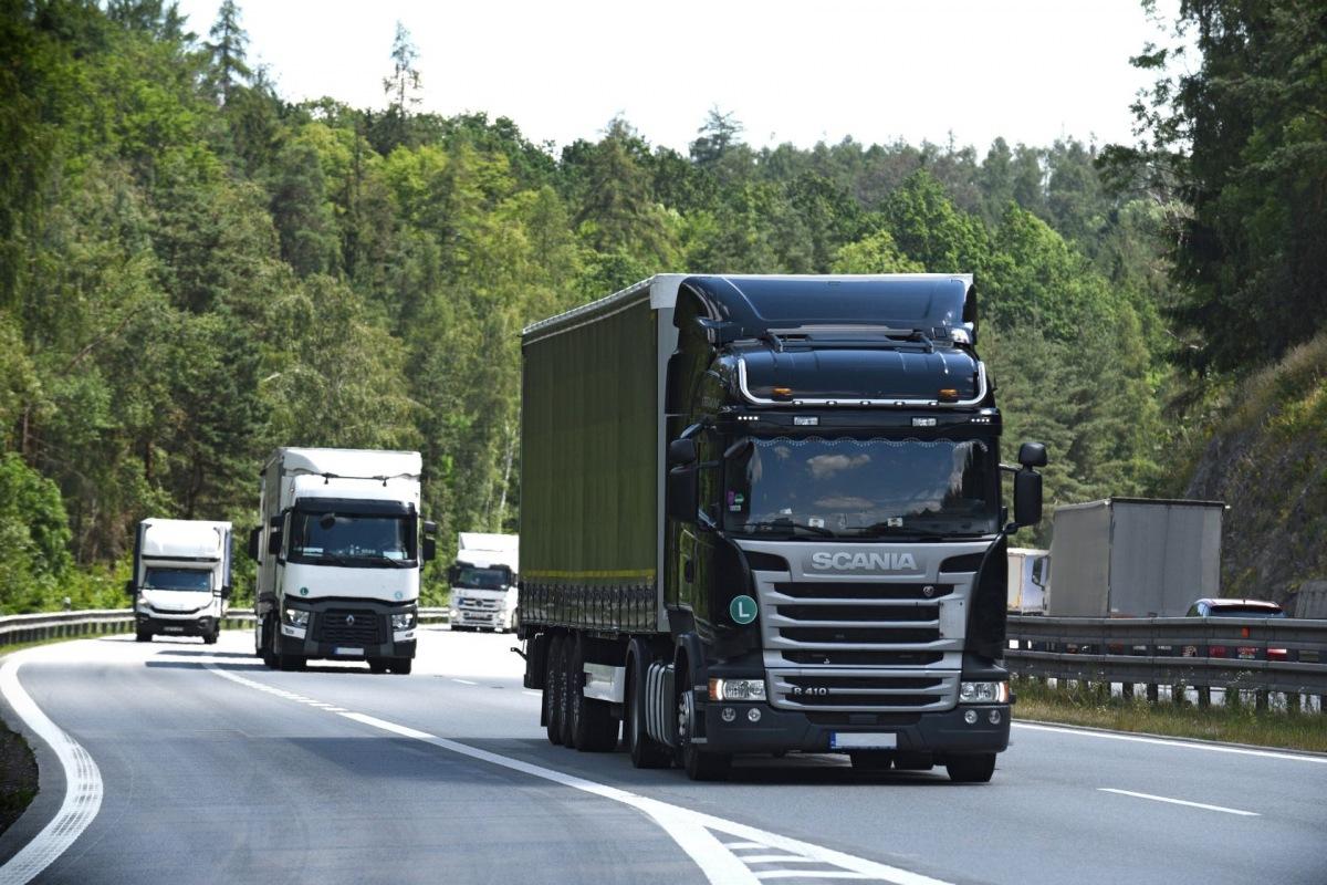 Nákladní vozy na dálnici