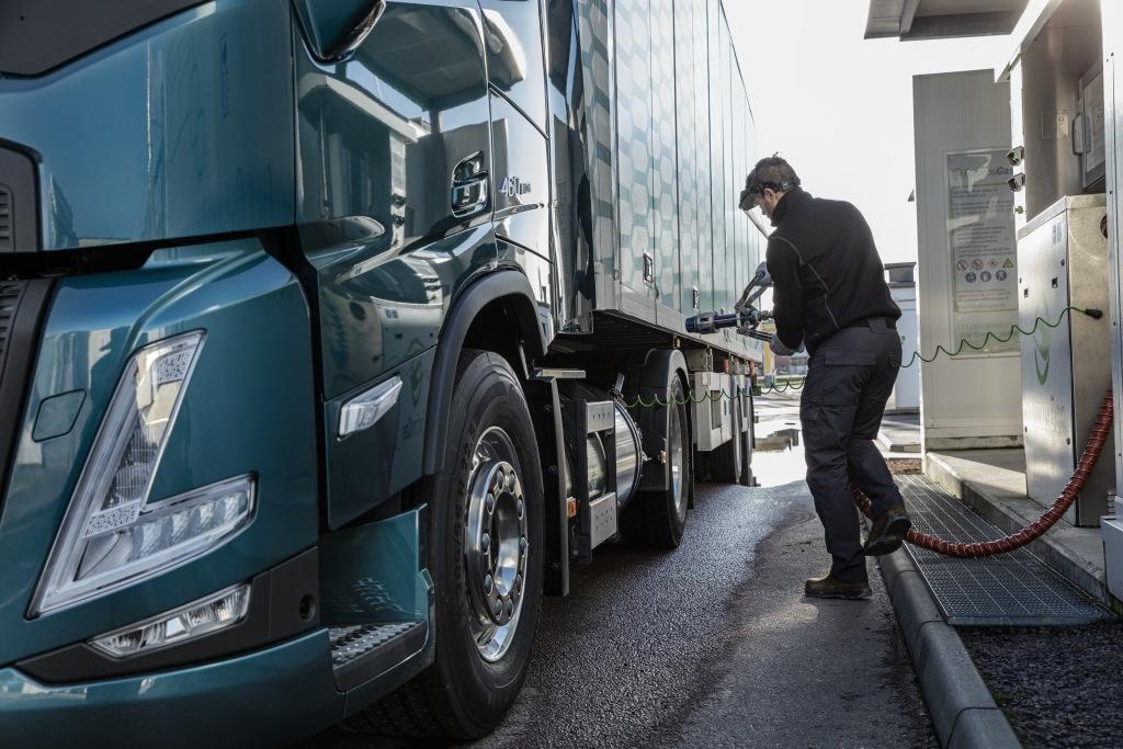 Tankování - nákladní vůz Volvo