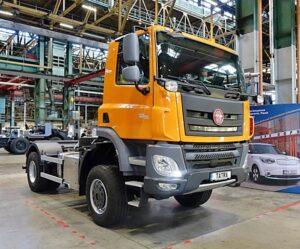 Středoškoláci z Plzně a Nového Bydžova dokončili další automobily v rámci projektu Tatra do škol